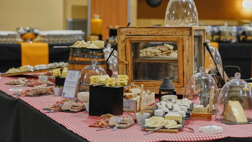 buffet de fromages et de charcuterie